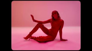 """Miley Cyrus Skintight Plot In """"Mothers Daughter"""""""