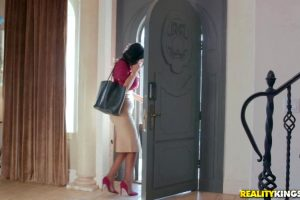 Jasmine Jae – What Is In Your Luggage